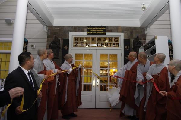 2011년 8월 미국 동부에 첫 해외특별교구가 출범했다. 사진은 현판 개막 장면.