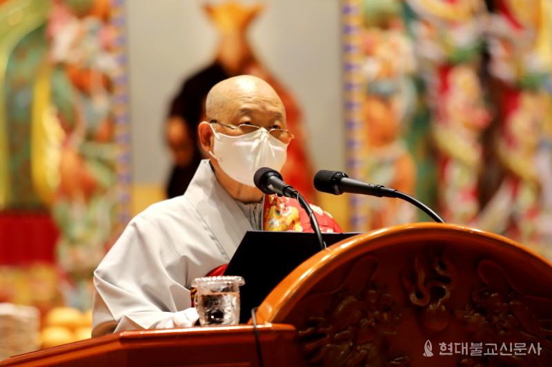 법요식에서 총무원장 문덕 스님이 봉축사를 하고 있다.