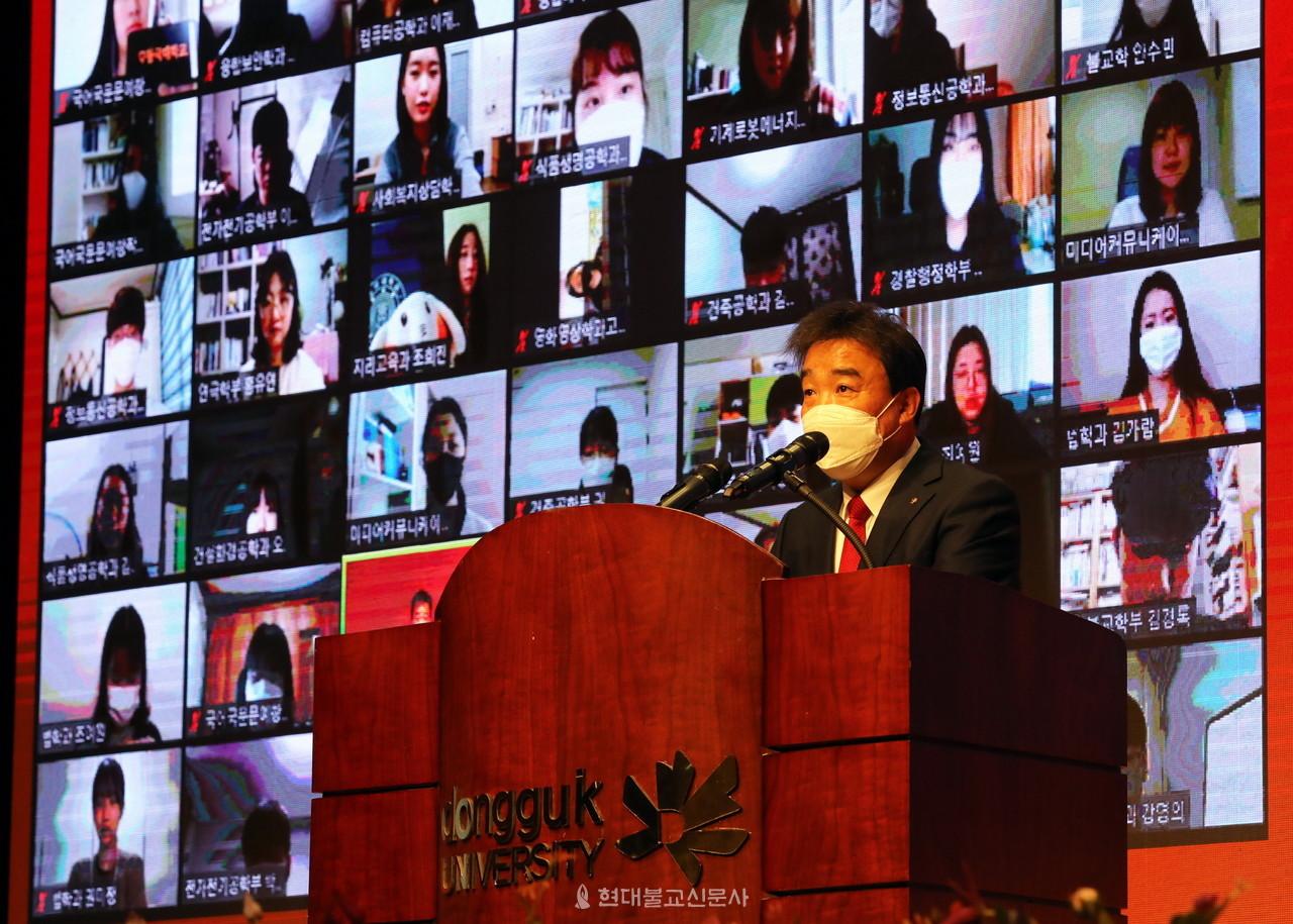 윤성이 동국대 총장이 2월 22일 온라인 입학식에서 환영사를 하고 있다.