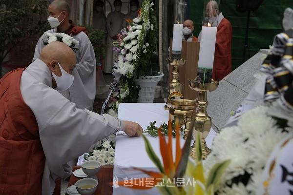 헌화하며 순국선열을 추모하고 있는 스님들의 모습