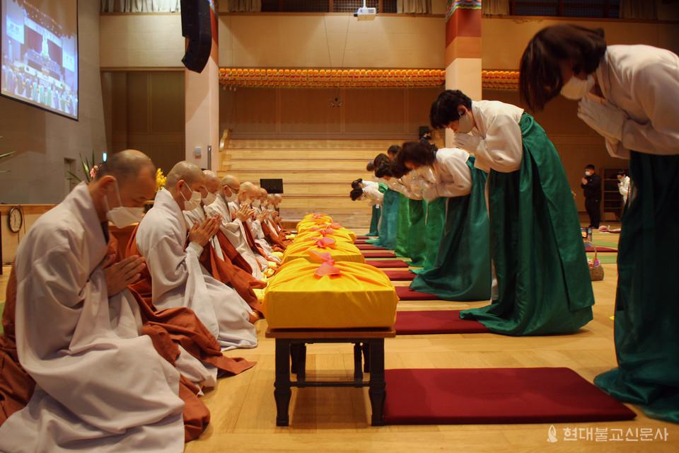 불광사 신도들이 대중 스님들에게 승보공양물을 올리고 있다. 불광사 스님들은 정진을 통해 회향하겠다고 밝혔다.