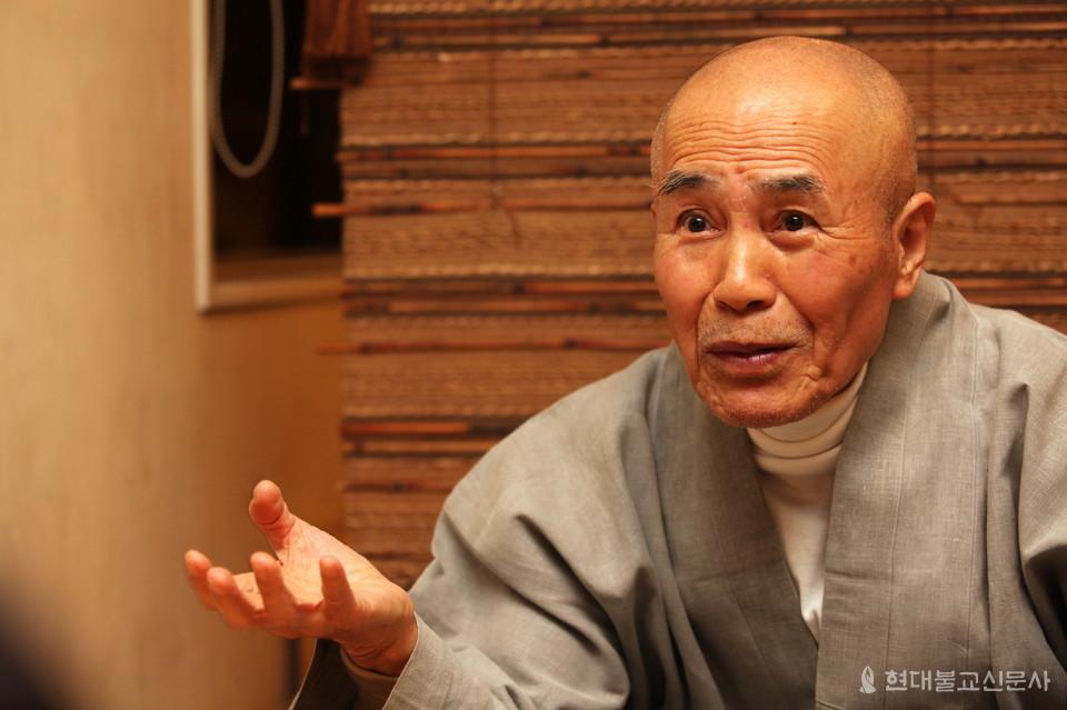 30여 년간 손바닥만 한 크기의 소책자를 발간하며 '붓다의 가르침'을 알려온 활성 스님. 스님은 '지금 여기서 마음챙김 하는 데 그 길이 있다'고 설파한다.