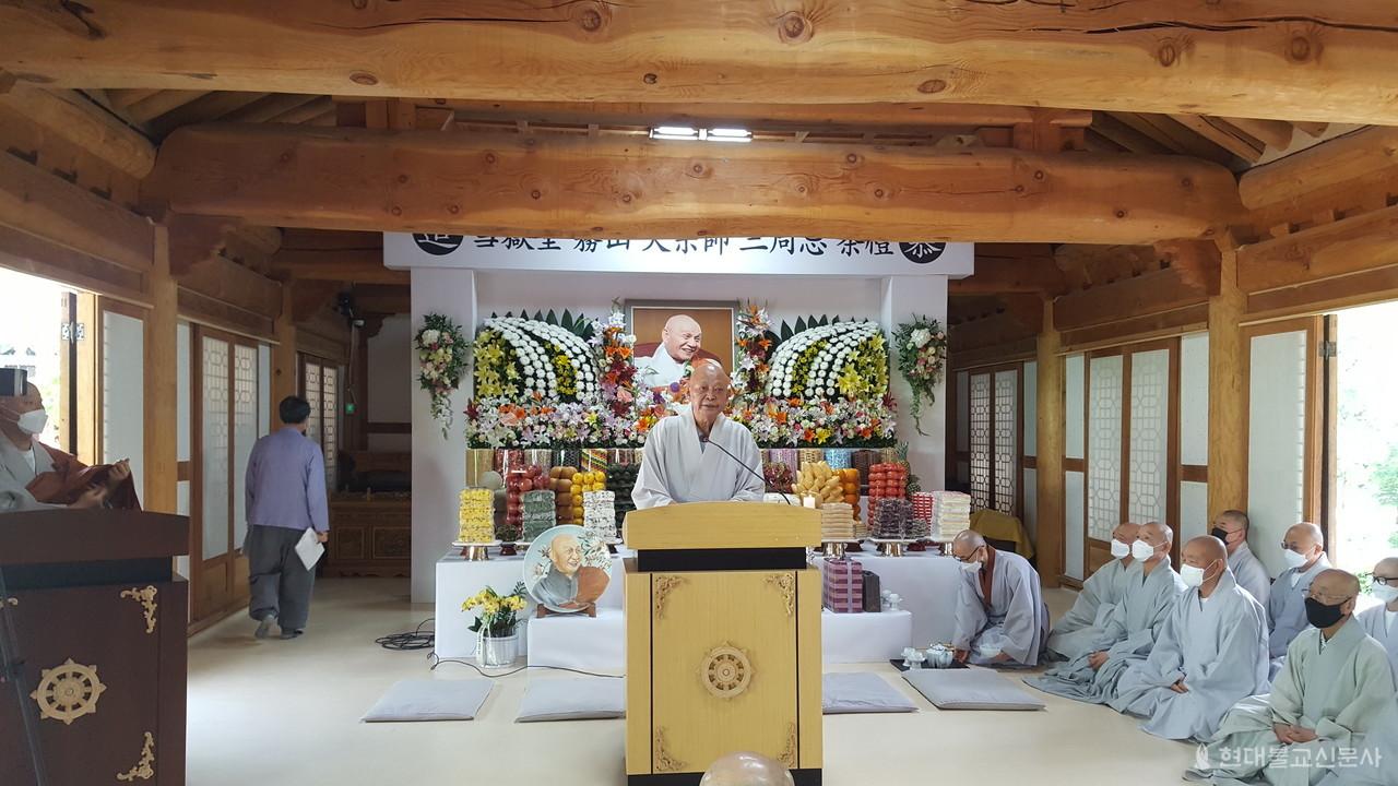 다례재서 행장을 읽고 있는 화암사 회주 정휴 스님.