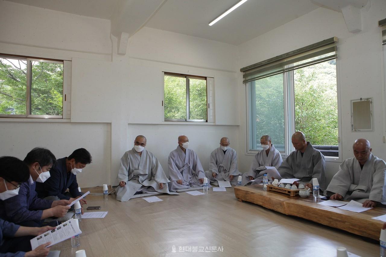 부산시 문화체육과 관계자들이 7월 1일 범어사를 방문하고 종교 편향 공연으로 물의를 빚은 부산시립합창단에 대한 관리 소홀 문제를 공식 사과했다.